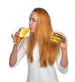 有储藏啤酒杯子和汉堡三明治汉堡包的妇女在手上 库存图片