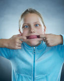 有傻的表面的小女孩。 免版税库存照片
