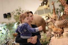 有儿子参观的博物馆的母亲 免版税库存照片