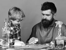 有儿子和清洁物品的人在绿色背景 免版税库存照片