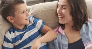 有儿子文字购物清单的愉快的母亲在笔记薄 影视素材
