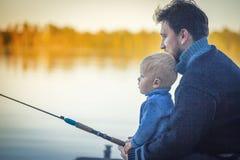 有儿子渔的父亲 免版税库存照片