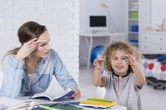 有儿子的不耐烦的母亲 免版税库存图片