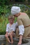 有儿子的中世纪母亲 免版税库存图片