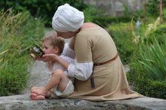 有儿子的中世纪母亲 库存照片