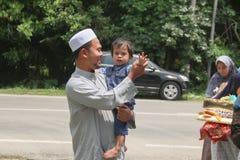 有儿子的幸福爸爸 库存照片