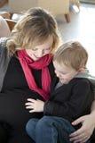 有儿子的怀孕的母亲 免版税库存图片