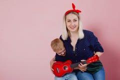 有儿子的愉快的少妇 快乐的系列 免版税库存照片