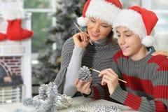 有儿子的母亲为圣诞节做准备 免版税库存照片