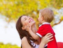有儿子的母亲 免版税库存照片