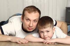 有儿子的父亲在地板上 免版税库存照片