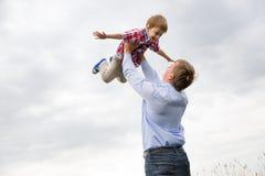 有儿子的父亲 免版税图库摄影