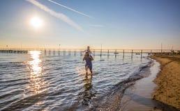 有儿子的爸爸他的肩膀的在水中走在海 图库摄影