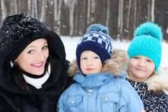 有儿子的,女儿姿势愉快的母亲在冬日 免版税库存照片