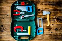 有儿童工具的箱子在木背景 库存图片