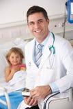 有儿童患者的医生在美国A&E 免版税库存照片