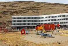 有儿童操场的现代生存房子在寒带草原, Kangerlu 库存照片