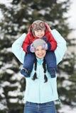 有儿童男孩儿子的母亲冬天的 图库摄影