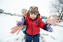 有儿童男孩儿子的母亲冬天的 免版税库存图片