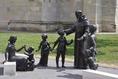有儿童雕象的圣徒安东尼奥从晨曲卡罗来纳州堡垒庭院在罗马尼亚 免版税库存图片