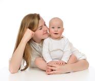 有儿童婴孩孩子的年轻母亲妇女 免版税库存图片
