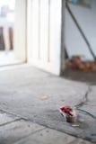 有儿童` s鞋子的被放弃的房子 免版税库存照片