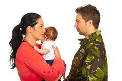 有儿语的母亲与军事爸爸 图库摄影
