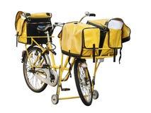 有充分三个袋子的黄色岗位自行车信件 库存照片
