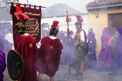 有充分微笑对圣Bartolome在1a Avenida的de Becerra队伍的罗马战士的人香火烟 图库摄影
