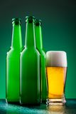 有充分的玻璃的啤酒瓶 免版税库存图片