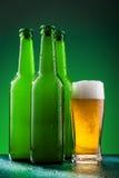 有充分的玻璃的啤酒瓶 免版税图库摄影