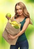 有充分购物袋的妇女果子 图库摄影