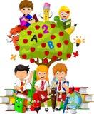 有充分绿色苹果树的滑稽的孩子红色苹果 免版税库存图片