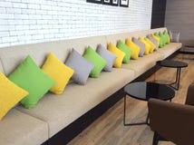 有充满活力的颜色的枕头在沙发 免版税库存照片