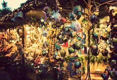 有光亮的装饰装载的有启发性圣诞节公平的报亭  库存照片