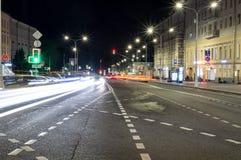 有光和交通的城市街道在晚上 背景,城市生活 库存图片