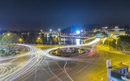 有光大叻夜市场的环形交通枢纽交叉点 免版税库存图片