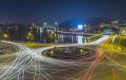 有光大叻夜市场的环形交通枢纽交叉点 免版税图库摄影