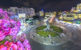 有光大叻夜市场的环形交通枢纽交叉点 库存图片