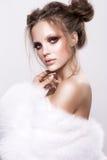 有光泽的Beautifful欧洲深色的妇女清洗healfy皮肤 库存图片