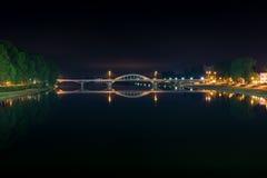 有光的桥梁在Piestany斯洛伐克在没有peopl的夜 库存图片