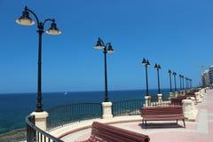 有光的沿海岸区。太阳和天空 库存照片