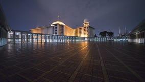 有光的美丽的Istiqlal清真寺在晚上 免版税库存照片