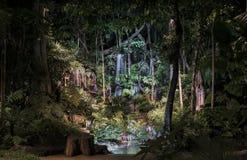 有光的装饰瀑布池塘在晚上 图库摄影