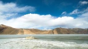有光的Pangong在山的湖和树荫 库存图片