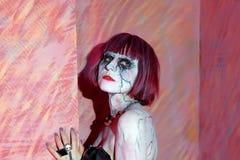 有光秃肩膀摆在的吸血鬼女孩 库存照片