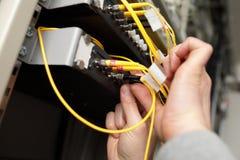 有光连接器的技术人员 库存照片