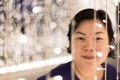 有光bokeh的亚裔妇女新年好 免版税库存照片