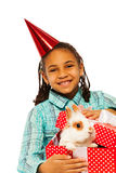 有兔宝宝的女孩在当前箱子,隔绝在白色 免版税图库摄影