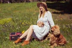 有兔宝宝的少年在自然的女孩和狗 免版税库存图片